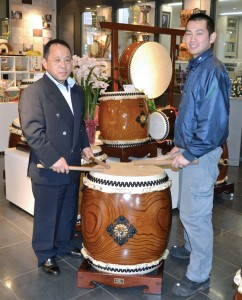 CALIFORNIA-BOUND — Katsuji Asano (R) and his father Akitoshi (L) of centuries-old Japanese taiko drum maker Asano Taiko Co. have been preparing to open a Los Angeles shop and launch taiko lessons in July 2013. Photo was taken Dec. 17, 2012, at a shop of the taiko maker in Hakusan, Ishikawa Prefecture.  Kyodo News photo
