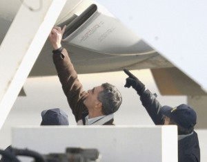 Dreamliner probe — U.S. and Japanese aviation experts at Takamatsu Airport examine an All Nippon Airways Co. Boeing 787 Dreamliner on Jan. 18, two days after the plane made an emergency landing at the airport in western Japan. Kyodo News photo