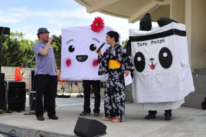 Emcees George Kiriyama and Jana Katsuyama with the mascots. photo by William Lee