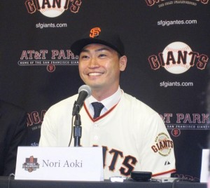 A GIANT AMONG MEN — San Francisco Giants outfielder Norichika Aoki (R) speaks at a press conference after he was introduced by Giants CEO Larry Baer in San Francisco on Jan. 20. Aoki, who played the previous season with Kansas City, signed a one-year contract with the ball club. Kyodo News photo