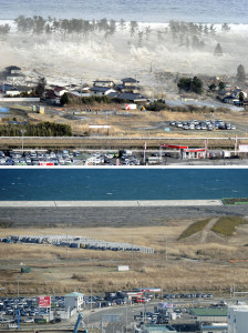 FIVE YEARS LATER — Combined photos taken from a Kyodo News helicopter show the northeastern Japanese city of Natori hit by tsunami on March 11, 2011, (top) and the city's current state on Feb. 18, 2016. The construction of a coastal levee was completed in August 2015, and a disaster-prevention project is under way. ==Kyodo